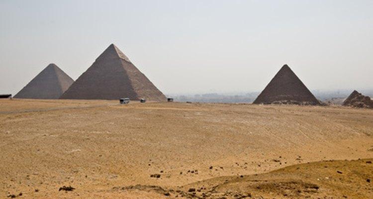 Los faraones ordenaron la construcción de las pirámides como sus lugares de entierro.