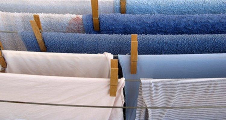 Puedes utilizar vinagre o vodka para desinfectar las prendas de color sin desvanecer los tonos.