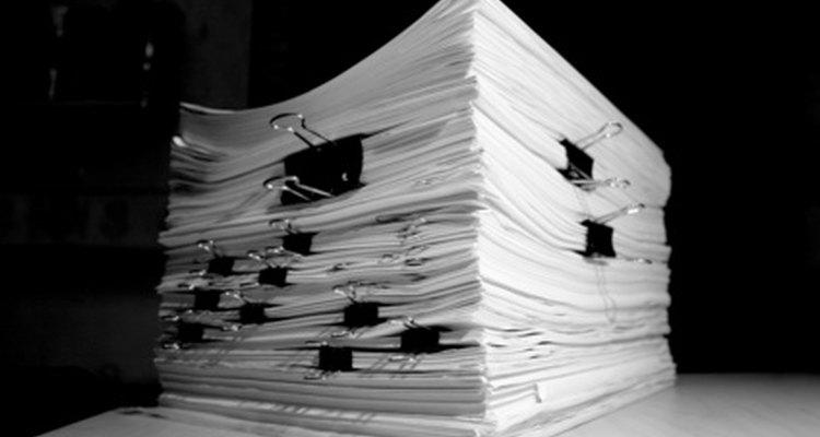 Para adoptar un niño se requiere completar una gran cantidad de documentos.