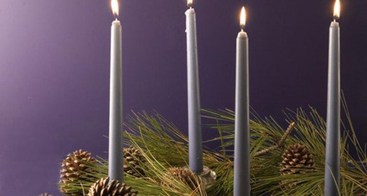 La corona de Adviento y las velas simbolizan la preparación para la temporada de Navidad.