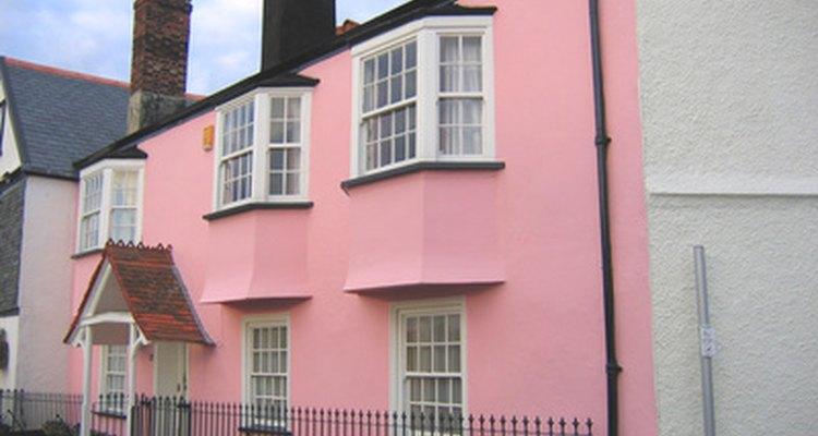 Puedes pintar la fachada de tu casa de un color diferente.
