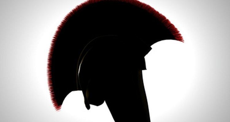 Un casco griego hecho de metal perteneciente a los tiempos antiguos.