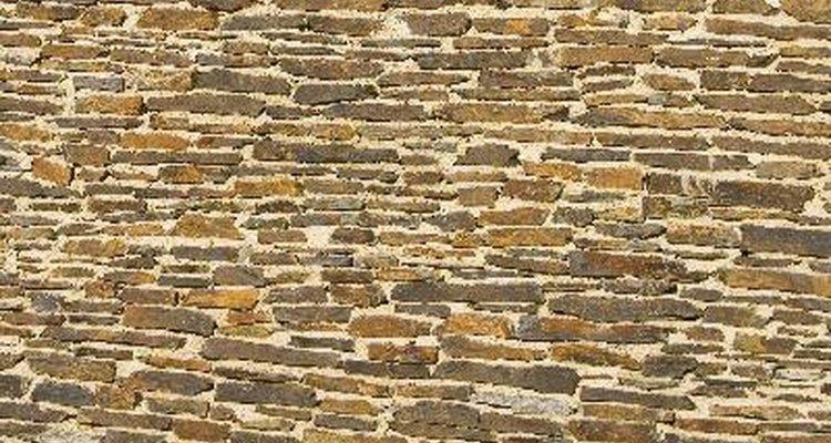 El número de bloques de piedra y grava que necesitarás dependerá de las dimensiones del muro y de la profundidad del relleno por detrás de la pared.