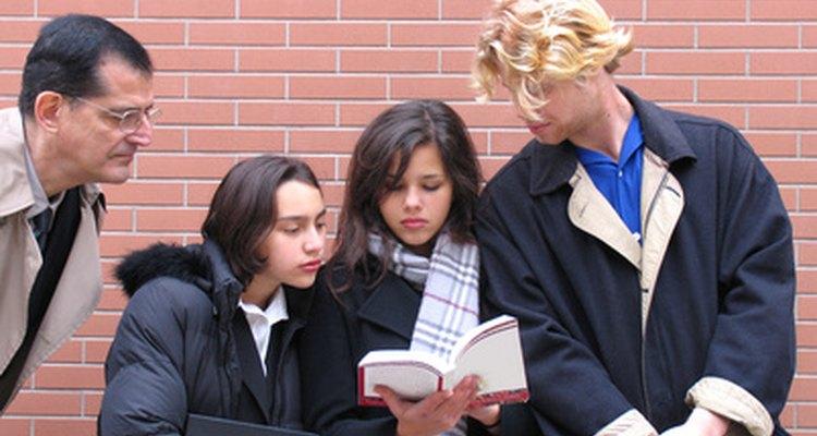 Los juegos grupales pueden involucrar a los estudiantes universitarios rápidamente en la sala de clases.