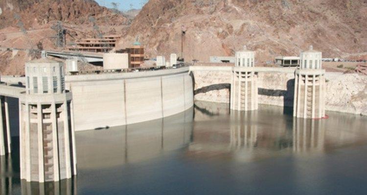 Usinas hidroelétricas transformam a energia potencial da água em eletricidade