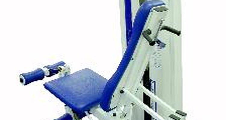 O exercício é feito em uma máquina, o que pode ajudar contra ferimentos