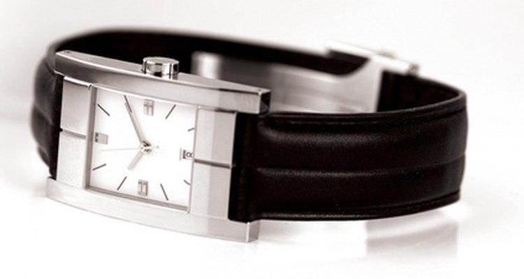 Quitar rayaduras en el cristal de un reloj es parte de la rutina del mantenimiento de relojes para muchos.
