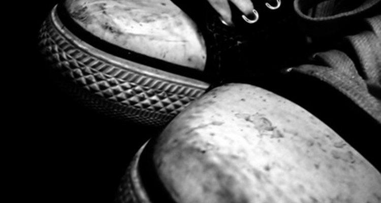 Zapatos deportivos sucios que necesitan un lavado urgente.