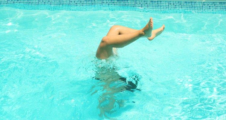 Una piscina en el patio trasero puede ser un maravilloso destino para unas vacaciones en casa.