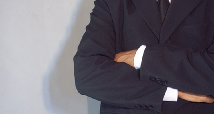 Un traje oscuro y una corbata es siempre una buena opción.