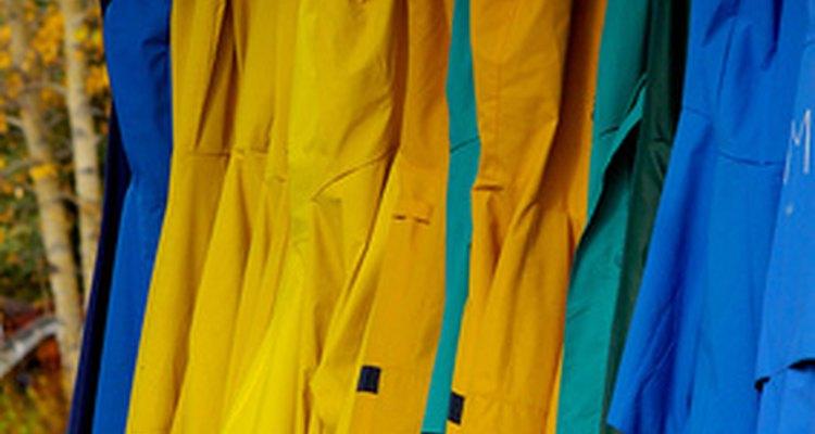 Mantenha os seus casacos organizados com um cabideiro de parede