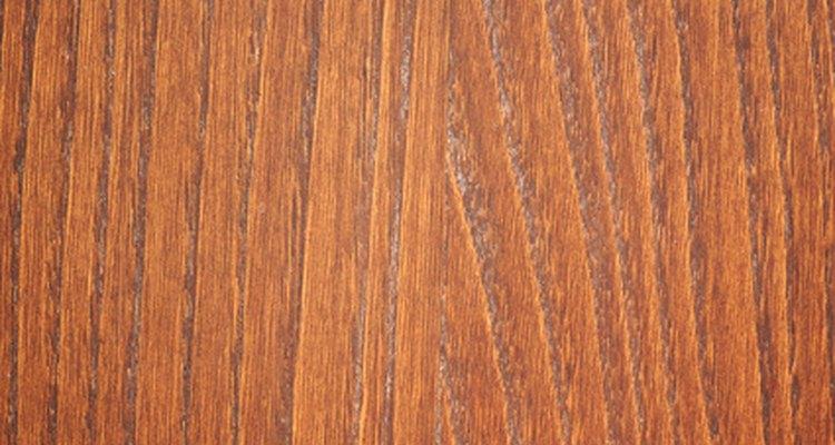 Remova os arranhões do piso de madeira sem pagar por serviço profissional