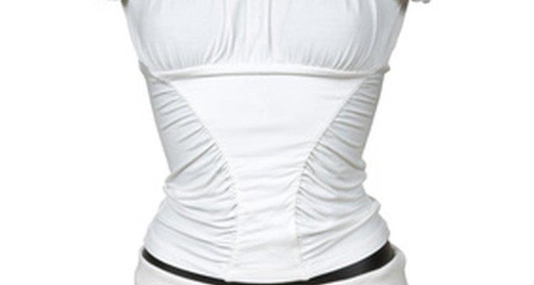 Mantén la ropa blanca luciendo como nueva al eliminar las manchas tan pronto como sea posible.