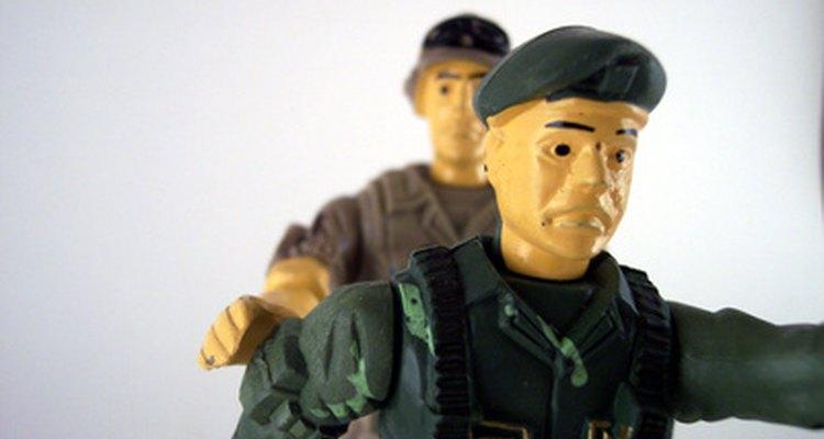 Soldados de juguete hechos en casa pueden ser de arcilla usando tu horno.