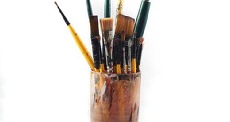 Use um pincel de ponta fina na restauração dos decalques, para aplicar tintas acrílicas