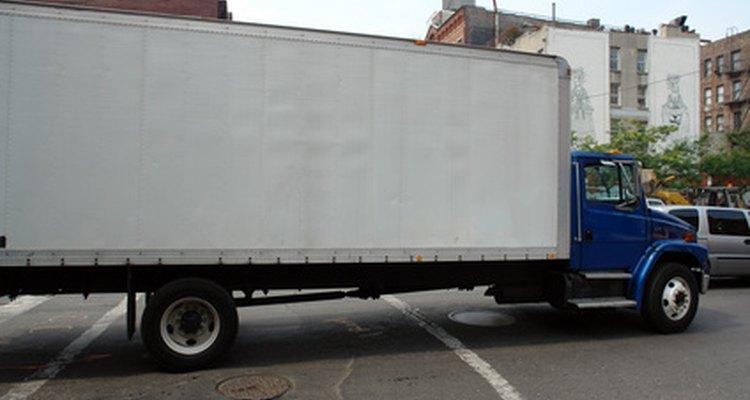 Um grande caminhão baú