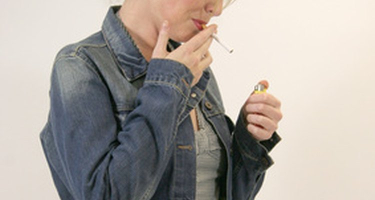 Para encender un cigarrillo, es preferible hacerlo con un encendedor que con fósforos.