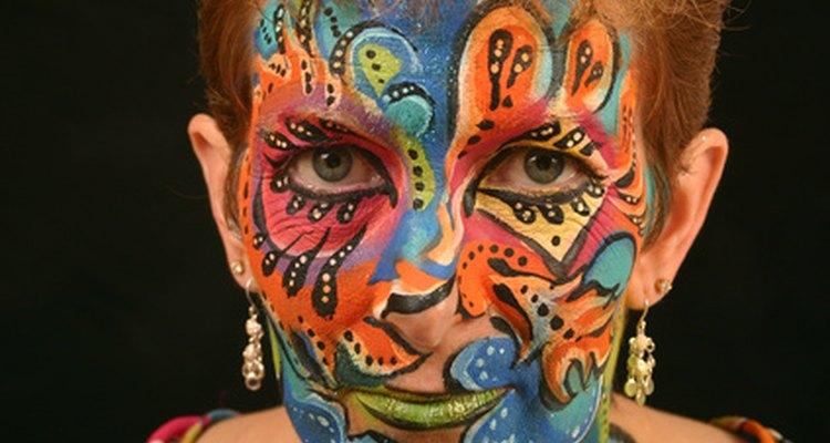 Pintar la cara puede servir como una máscara de Mardi Gras.