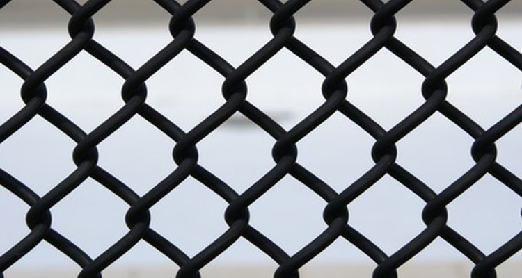 Deslize ripas de madeira através do arame da cerca