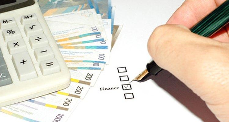 Un gerente de finanzas ayuda a registrar y analizar los datos de funcionamiento corporativos.
