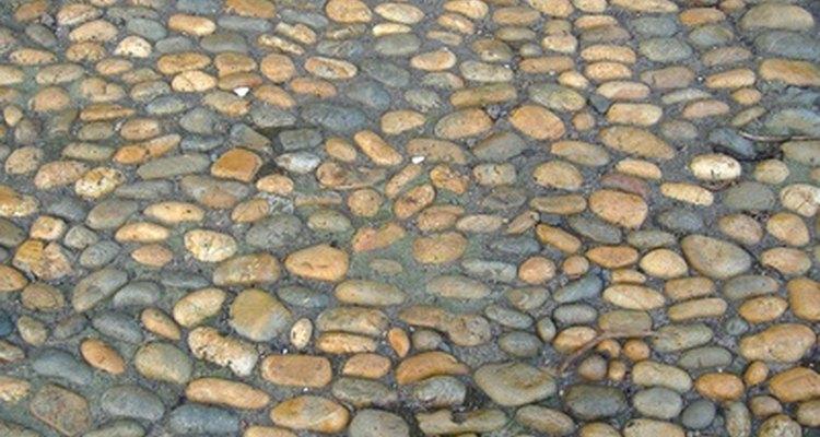 Seixos oferecem uma superfície durável para pátios, calçadas e caminhos