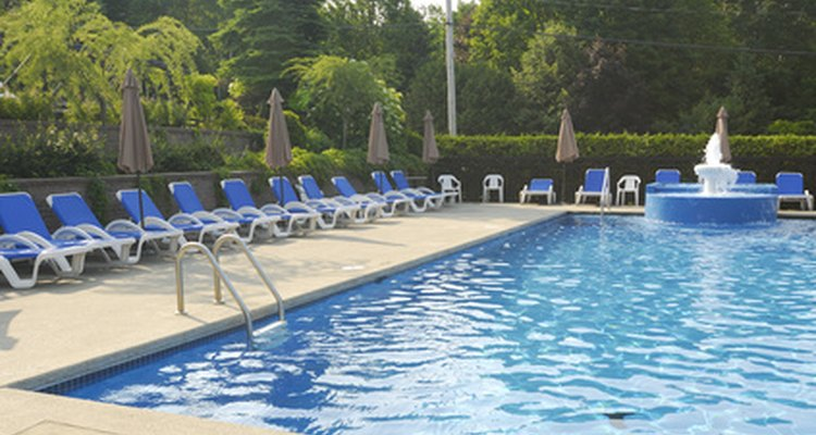 Mantén tu piscina en buen estado con un aspirado regular.