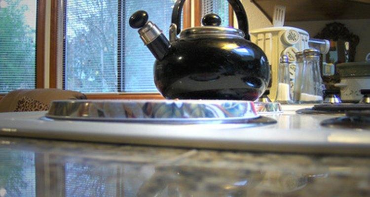 A pressão e a umidade do vapor de uma chaleira podem ajudar a soltar a tinta seca