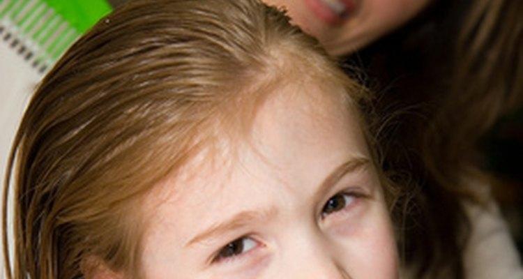 Cabelo de criança pode quebrar caso seja escovado em excesso