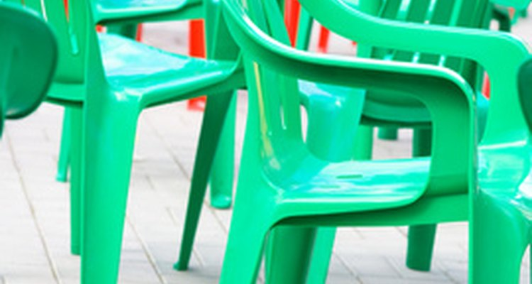 Haz sillas de plástico más interesantes con decoraciones.