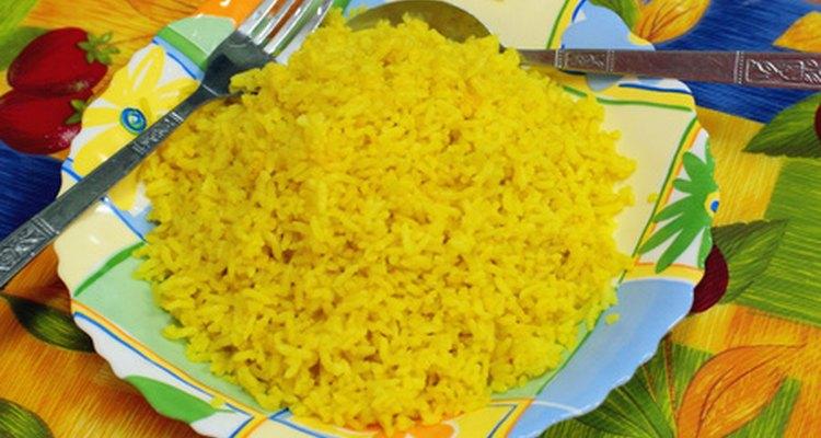 Agregar hierbas o especias al arroz le da vida a un plato que de otra forma puede ser soso.