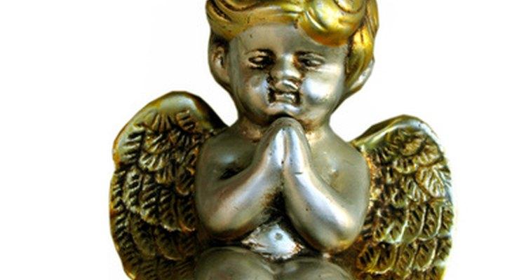 Anjos, fita e laços dourados criam um tema Vitoriano