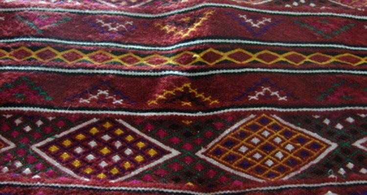 Los daños en las alfombras valiosas con flecos deben repararlos un profesional.