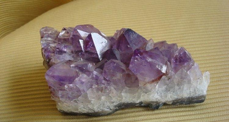 O quartzo violeta é popularmente usado em joias