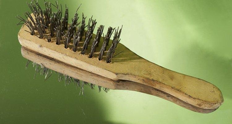 Limpe a parte rachada do cano com uma escova de aço