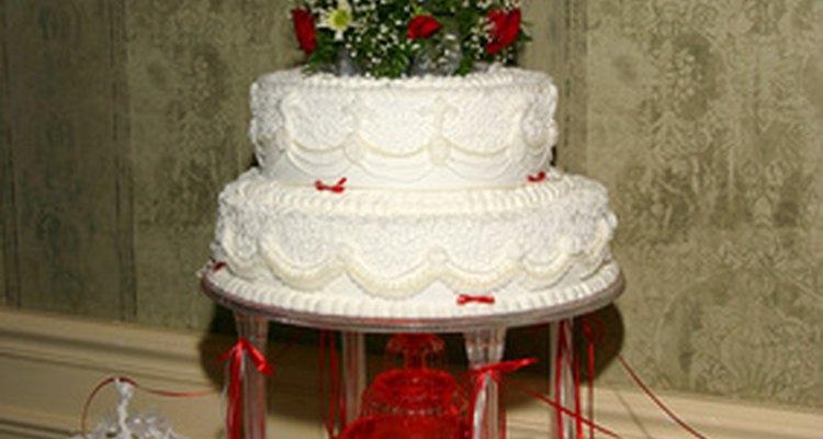 Congele e descongele um bolo de casamento corretamente para mantê-lo úmido e fresco