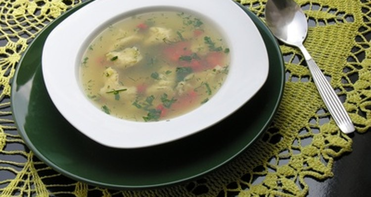 El consomé y el caldo tienen funciones culinarias diferentes.