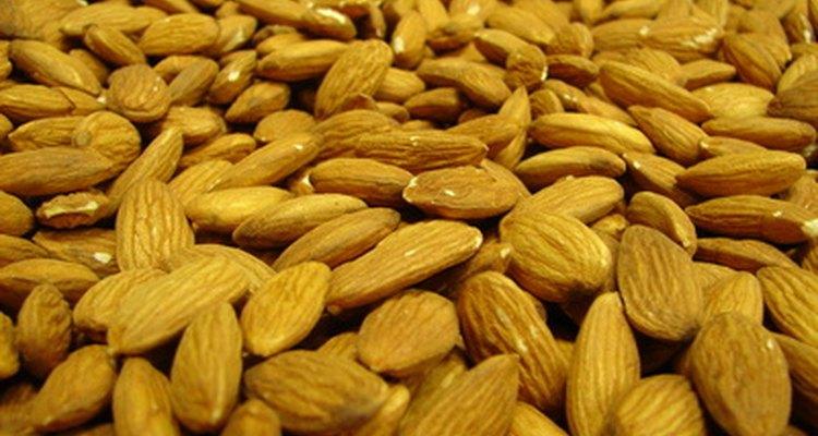 O óleo de amêndoa é recomendado para tratar a acne naturalmente
