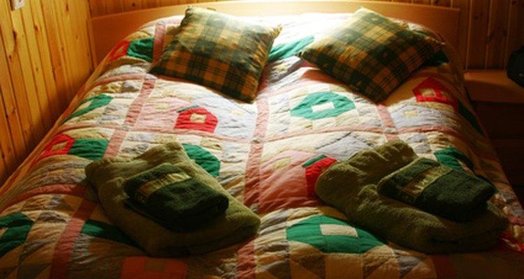 Una cama demasiado grande hará que tu pequeña habitación parece pequeña.y poco atractiva