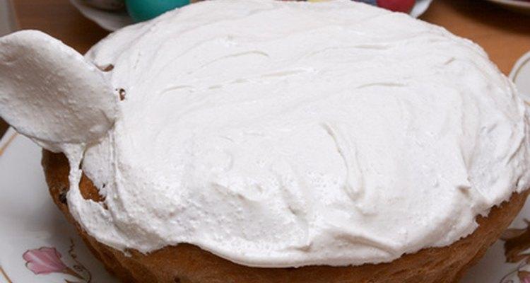 Sirva um bolo com cobertura branca
