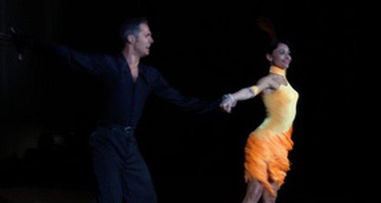 O estilo de dança latino exige o uso de sapatos que deslizem pela pista