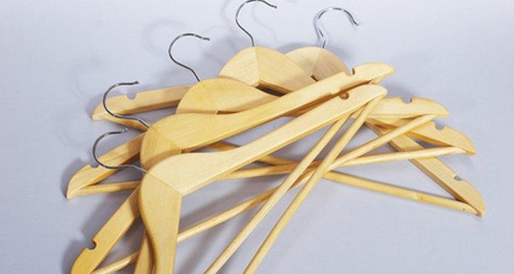 Las perchas de madera son la mejor opción cuando cuelgas la ropa.