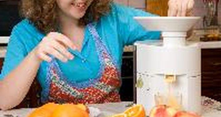 Una receta básica para deshacerte de las hormigas requiere triturar la cáscara de naranja en una licuadora con agua.