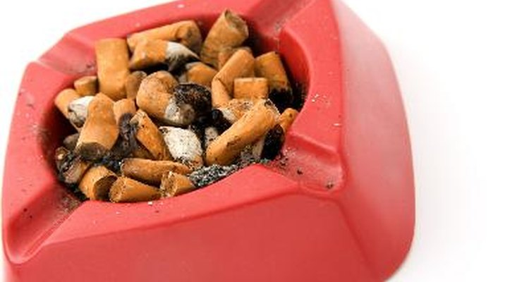 Cuando termines de fumar, apaga el cigarrillo en el cenicero.