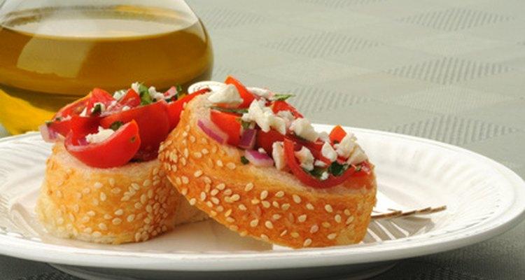 Diversifique entre aperitivos quentes e frios para facilitar na hora de servir