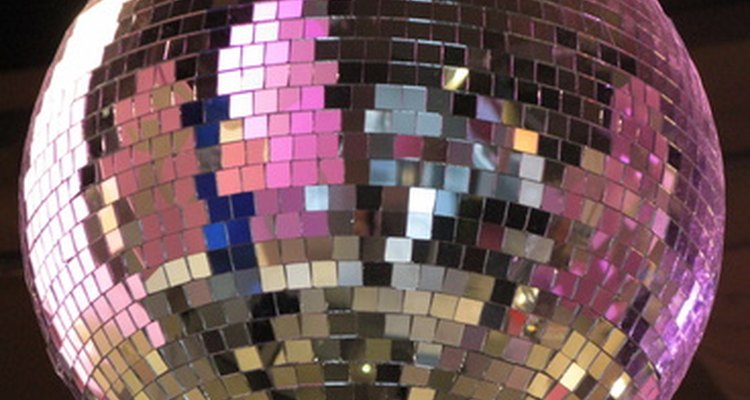 Ilumina tu bola de disco desde al menos dos lados, por debajo de la línea media.