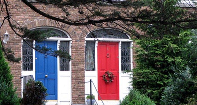 Pintar las puertas de madera proporciona opciones para añadir color.