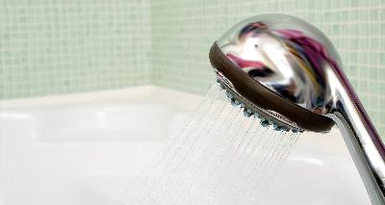 Bañarse a diario es una de las medidas más importantes para evitar un escroto irritado y seco.