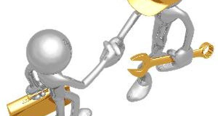 Las personas pueden completar su formación antes de entrar a trabajar en una empresa o pueden participar de la capacitación en su lugar de trabajo.