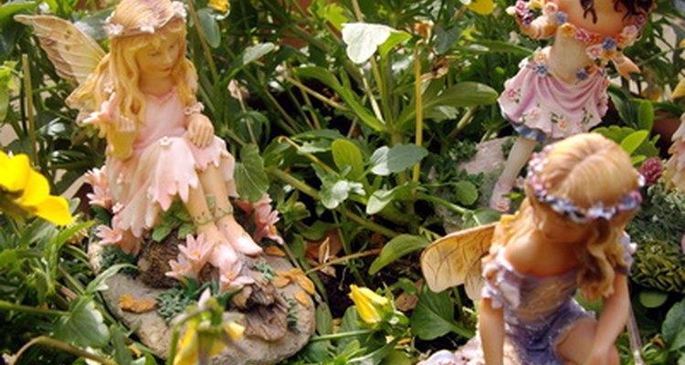 Los jardines encantados pueden tener una variedad de plantas junto a estatuillas encantadas.