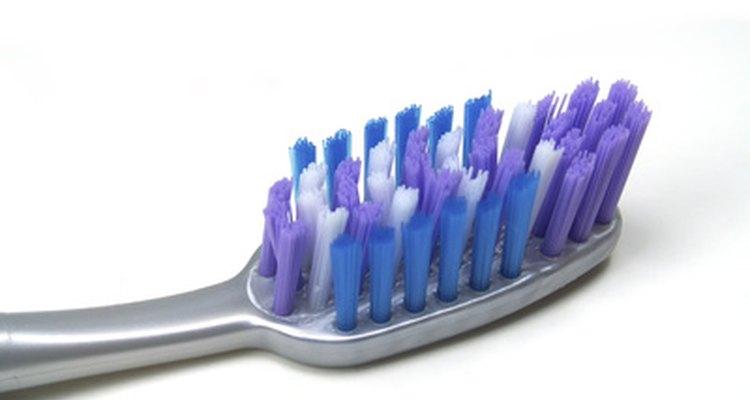 Escovar os dentes regularmente pode prevenir manchas escuras